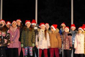"""Участие на ВГ """"Ботевци пеят"""" при НУ """"Хр. Ботев"""" Плевен в Общоградско тържество за запалване на коледните светлини 05.12.2017 год."""
